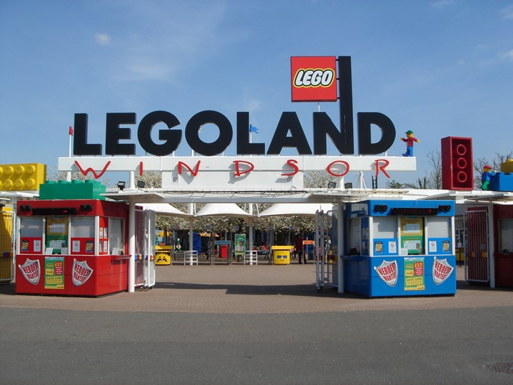 Legoland Windsor Entrance by Abel Cheung (CC BY-SA 2.0)